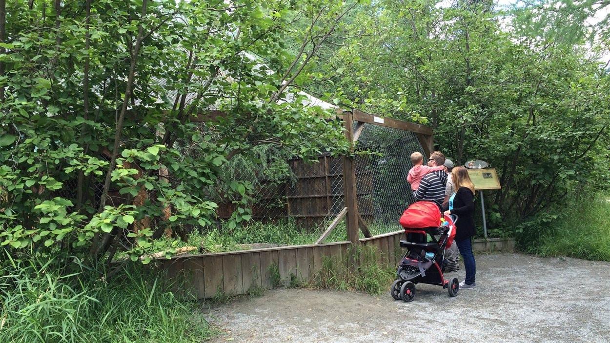 Une petite famille en visite lors des portes ouvertes pour les 30 ans du Refuge Pageau.