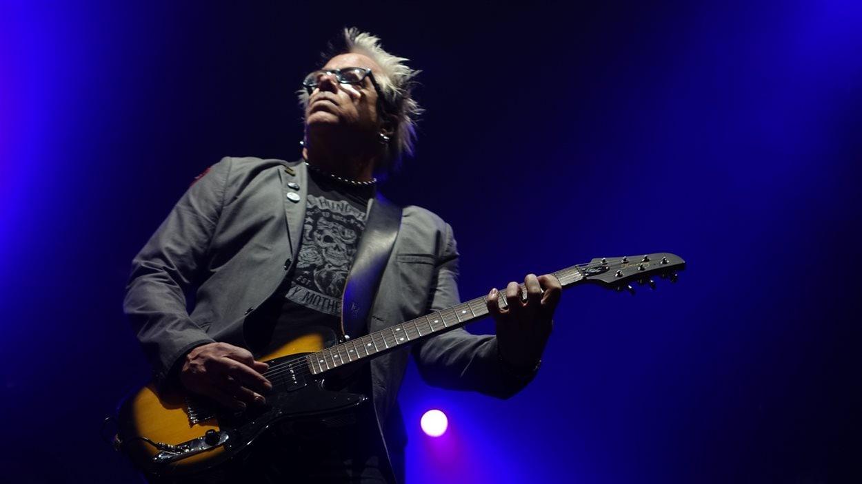 Noodles, le guitariste du groupe The Offspring