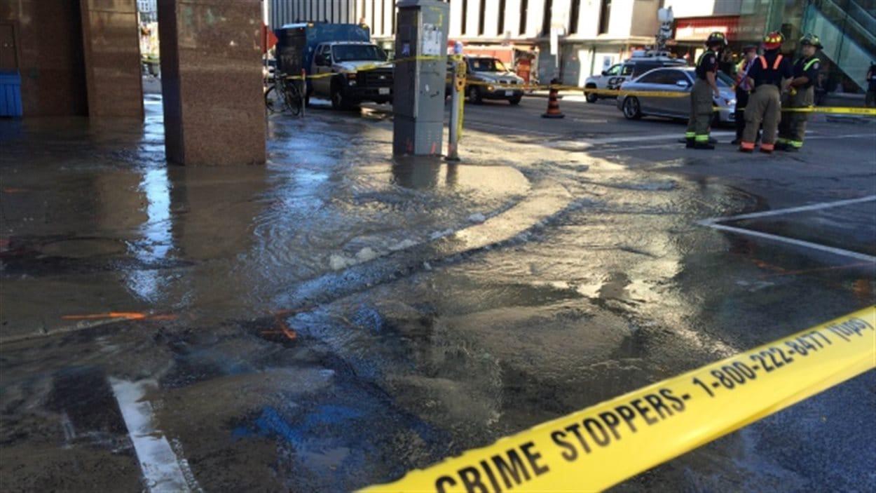 Inondation au coin des rues Yonge et Eglinton