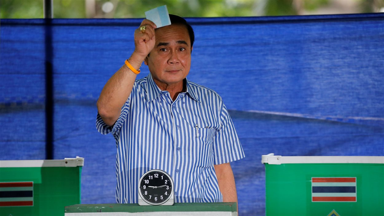 Le premier ministre de la Thaïlande, Prayuth Chan-ocha, dépose son vote.