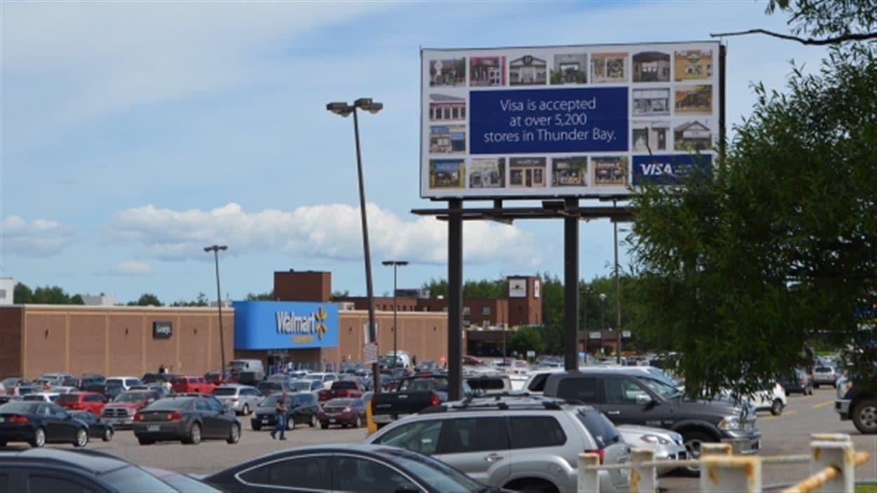 Visa lance une campagne publicitaire pour encourager ses consommateurs à dépenser ailleurs que chez Walmart à Thunder Bay.