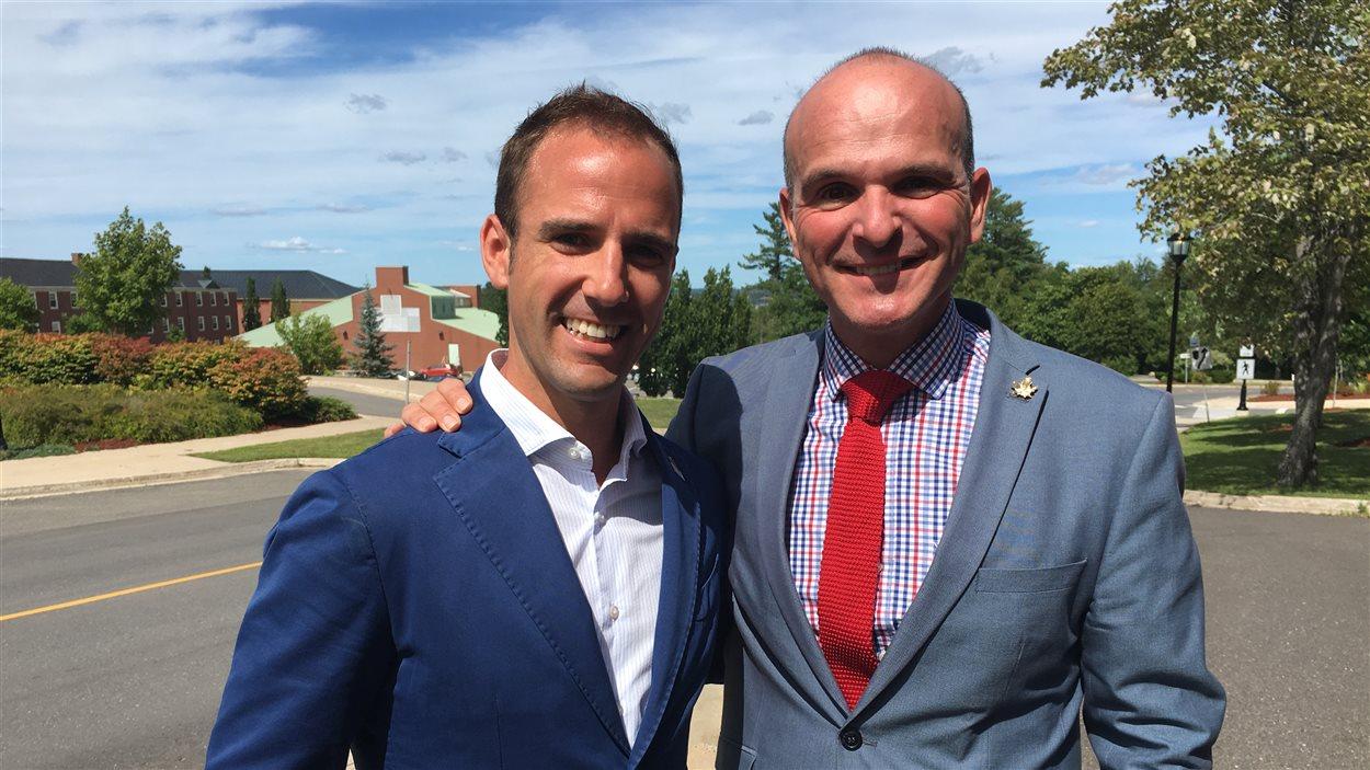 Le secrétaire parlementaire responsable des langues officielles, Randy Boissonnault, et le député de Fredericton, Matt DeCourcey