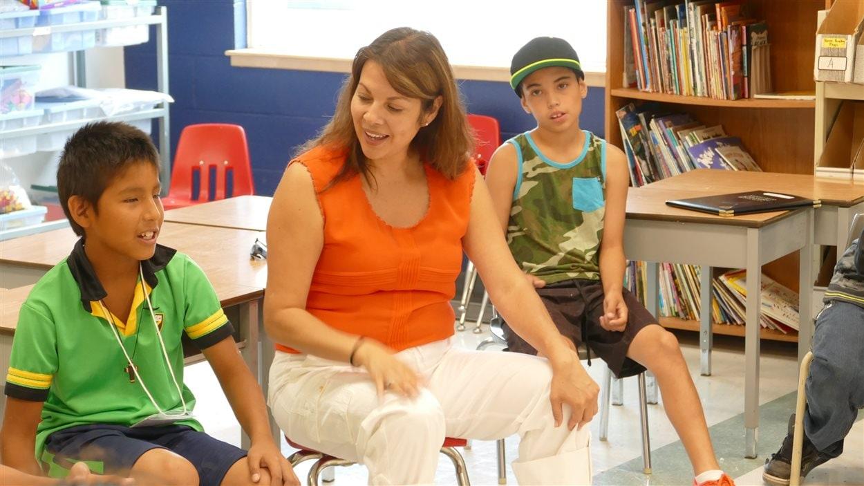 Les enfants apprennent un chanson en langue Ojibwé.