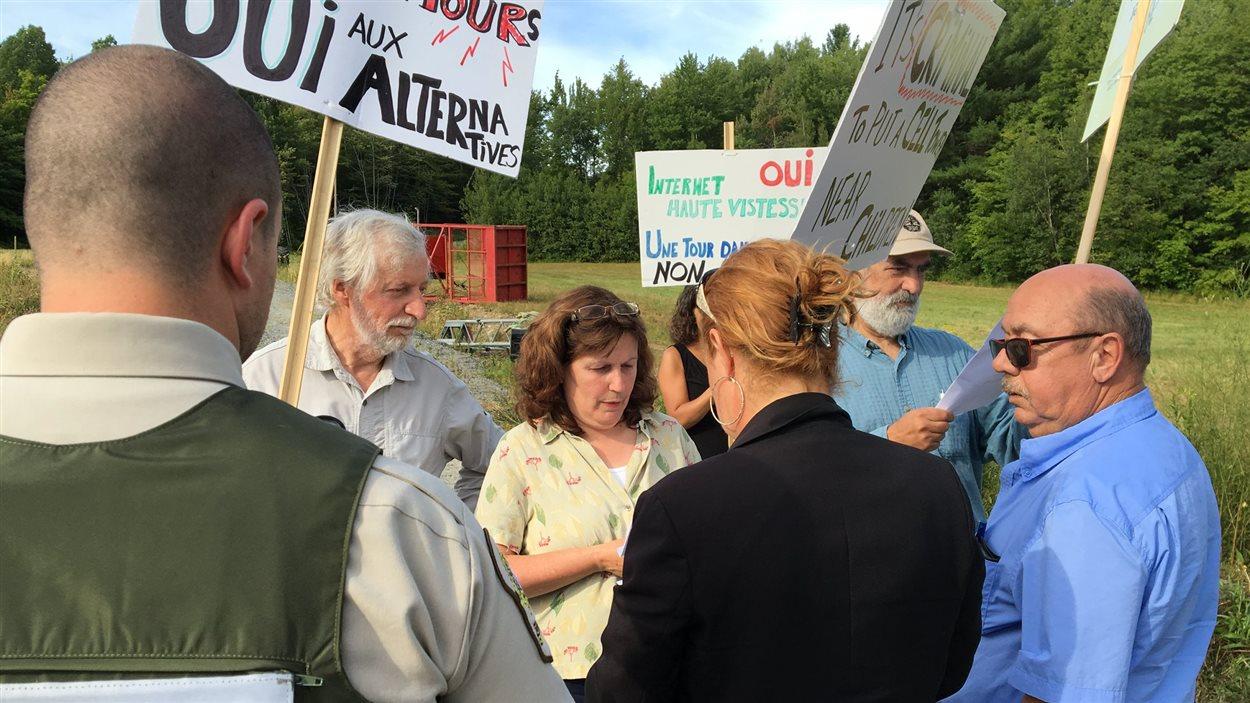 April O'Donughue et trois autres manifestants ont reçu une mise en demeure de la part de Bell Mobilité, mardi.