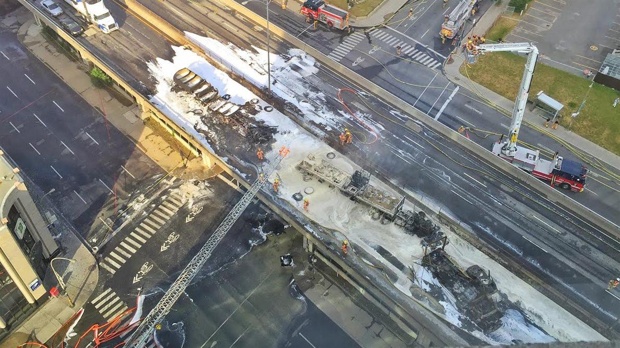 Des images de l'intervention des services de secours, quelque temps après que l'incendie eût été maîtrisé.