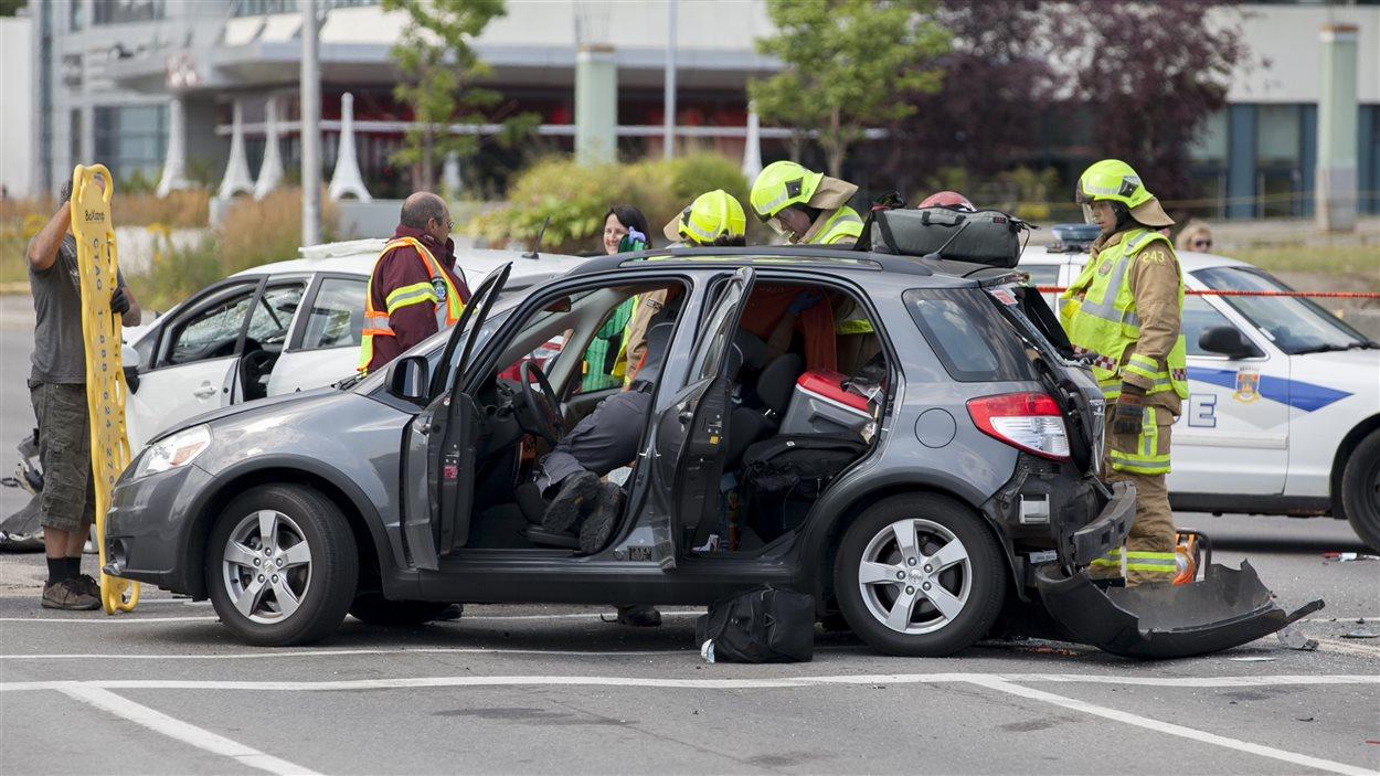 Deux voitures immobilisées aux feux de circulation de l'avenue Germain-des-Prés ont été heurtées dans l'accident.