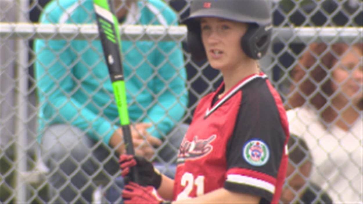 Annabelle Guay, joueuse de l'équipe de baseball du Québec, se distingue lors du tournoi Petite Ligue à Vancouver.