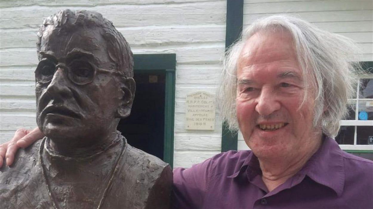 L'artiste Philippe Scrive et sa sculpture du frère Moffet