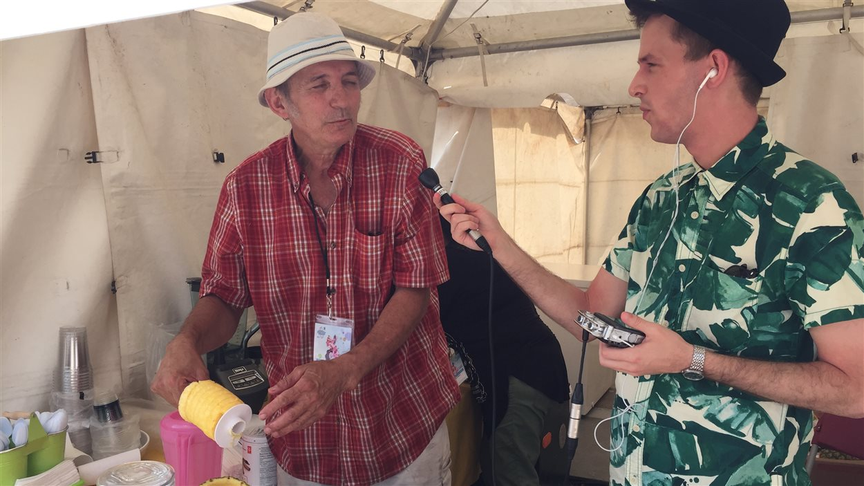 Notre chroniqueur Dominic Tardif portait une chemise digne des piña coladas de Franciso et Alba lors de son entrevue avec le couple, originaire de Colombie.