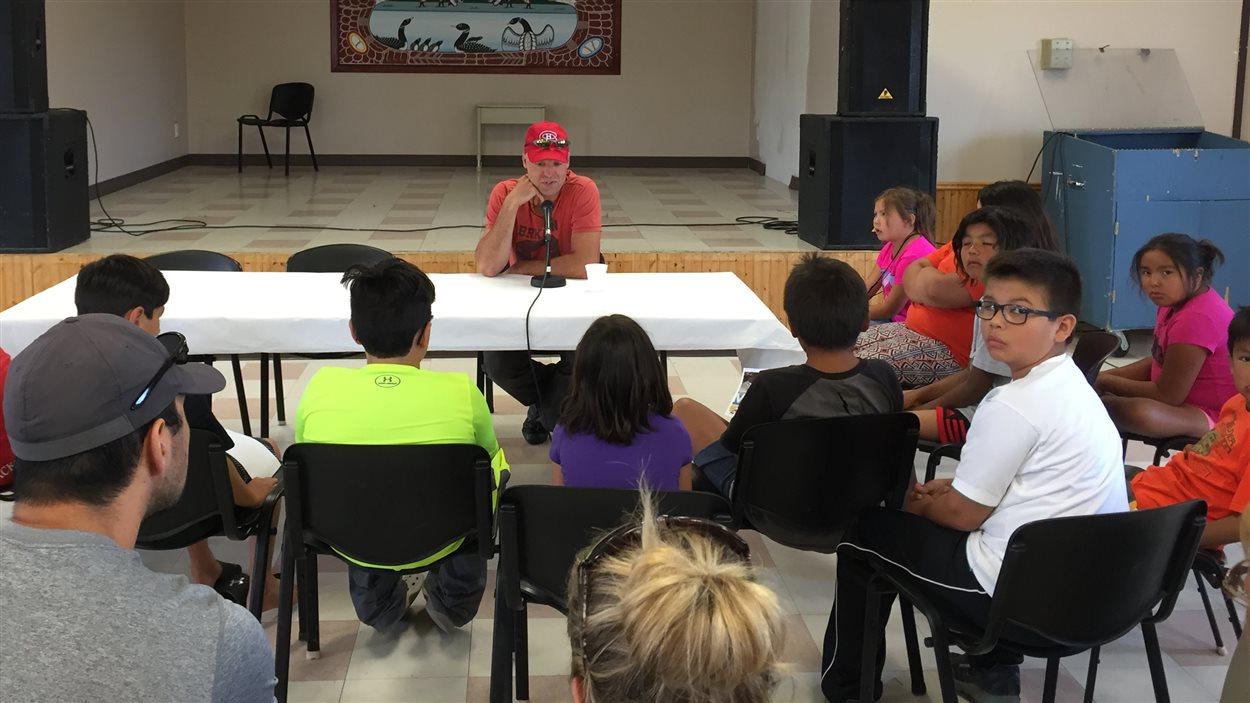 Le joueur de hockey Joé Juneau a rencontré la communauté de Pikogan.