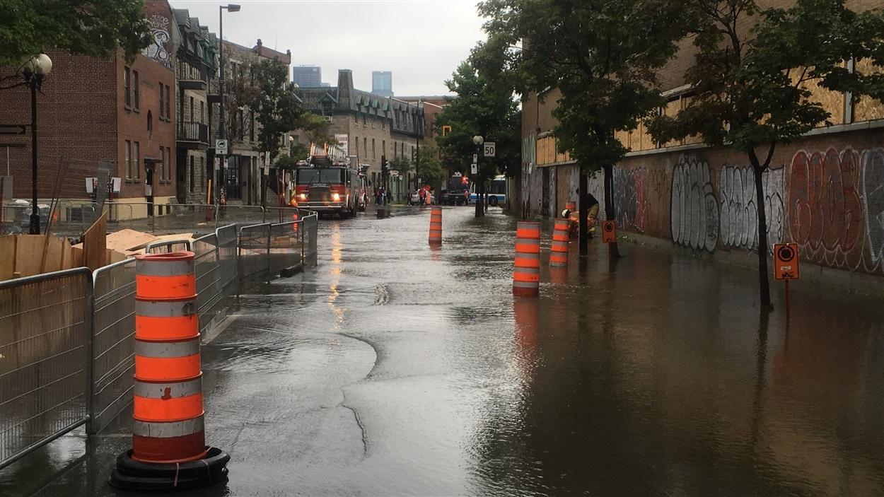 La rue Saint-Jacques est partiellement inondée.
