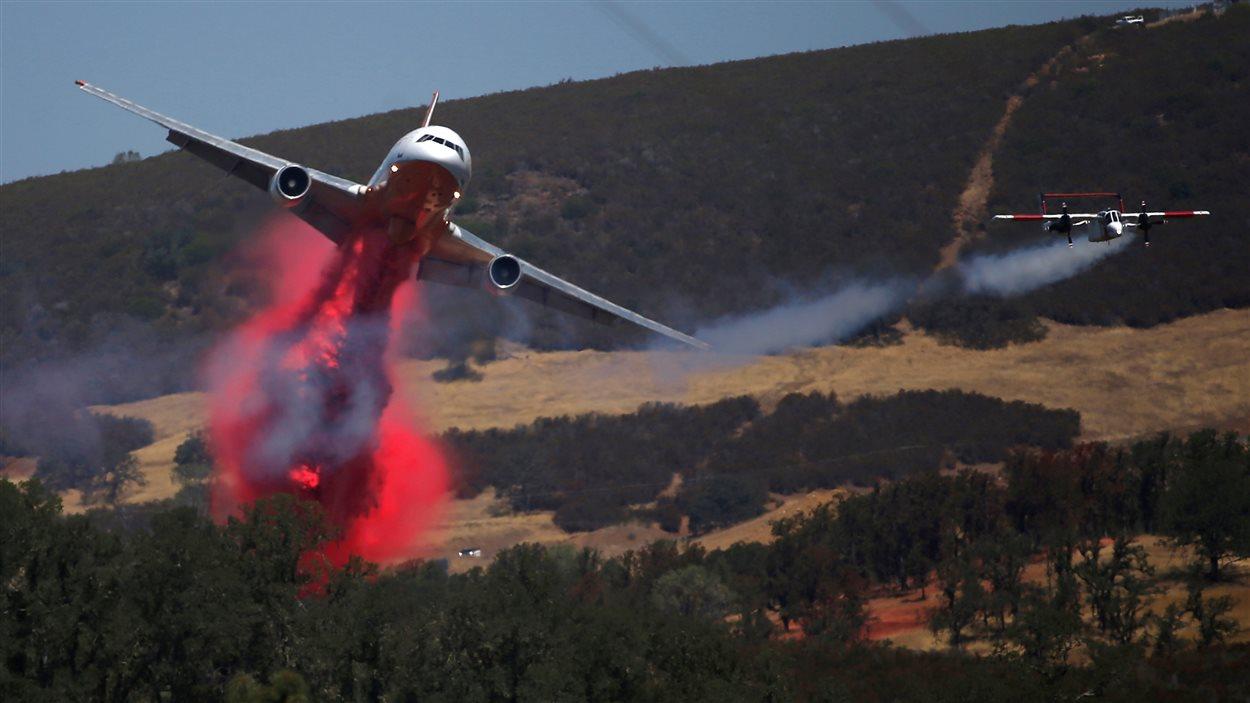 Un bombardier d'eau américain en pleine lutte contre l'incendie de Clayton au nord de la communauté de Lower Lake