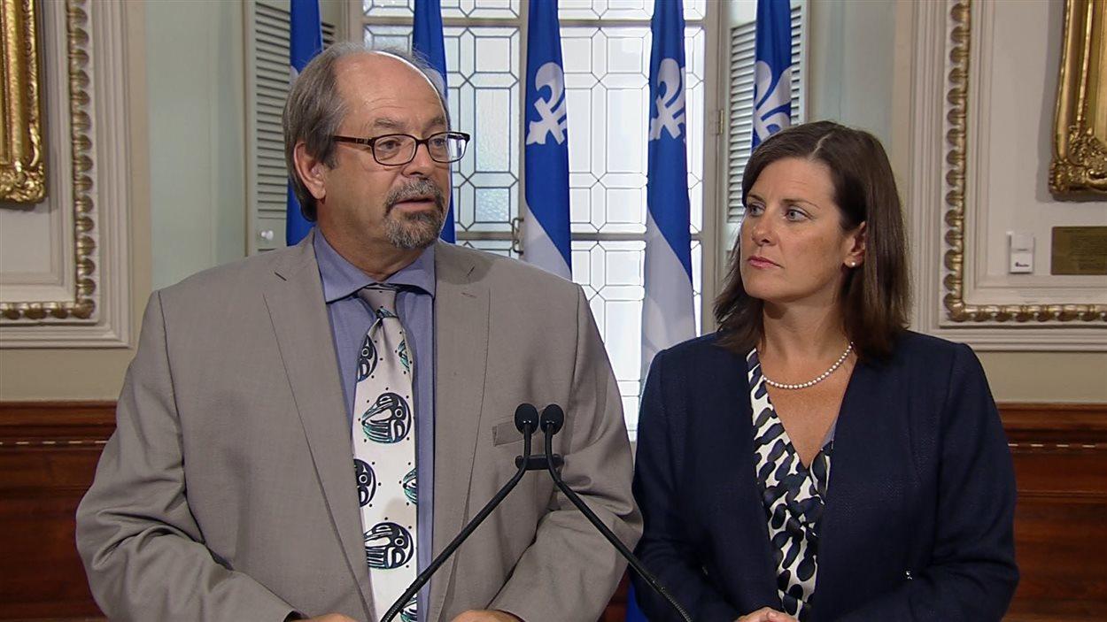 Le ministre responsable des Affaires autochtones, Geoffrey Kelley, et la ministre de la Justice, Stéphanie Vallée