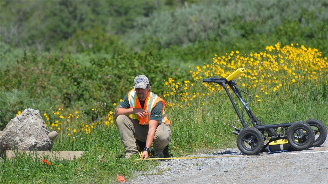 Détection de vestiges archéologiques à l'aide d'un géoradar à Cap-des-Rosiers, dans le parc Forillon.
