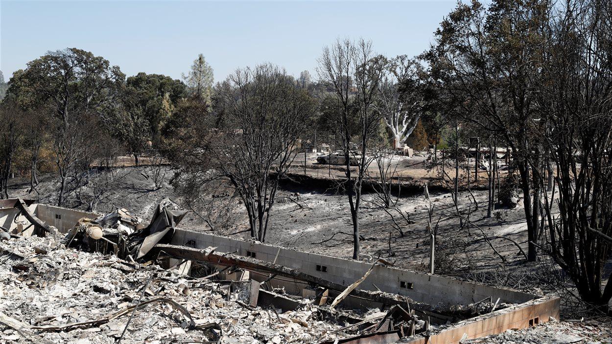 Un quartier détruit par les flammes dans la ville de Clayton en Californie.