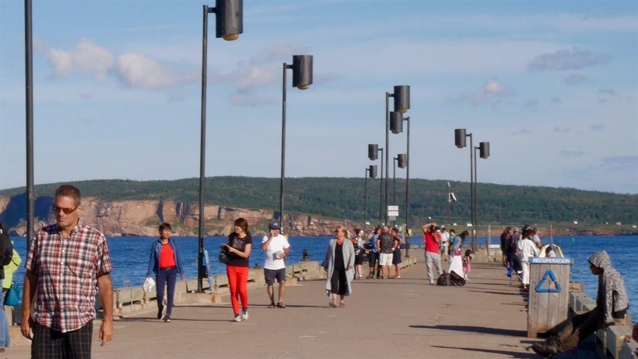 Touristes sur le quai de Percé