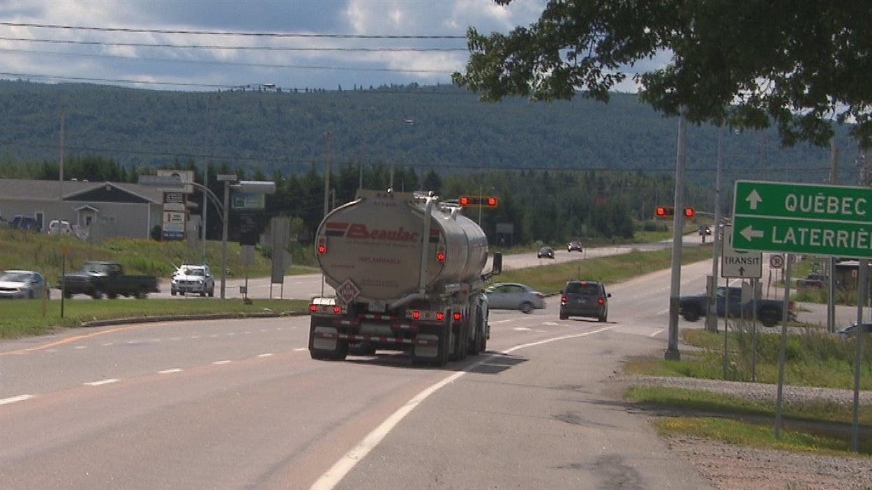 Un camion-citerne à l'entrée de la route 175