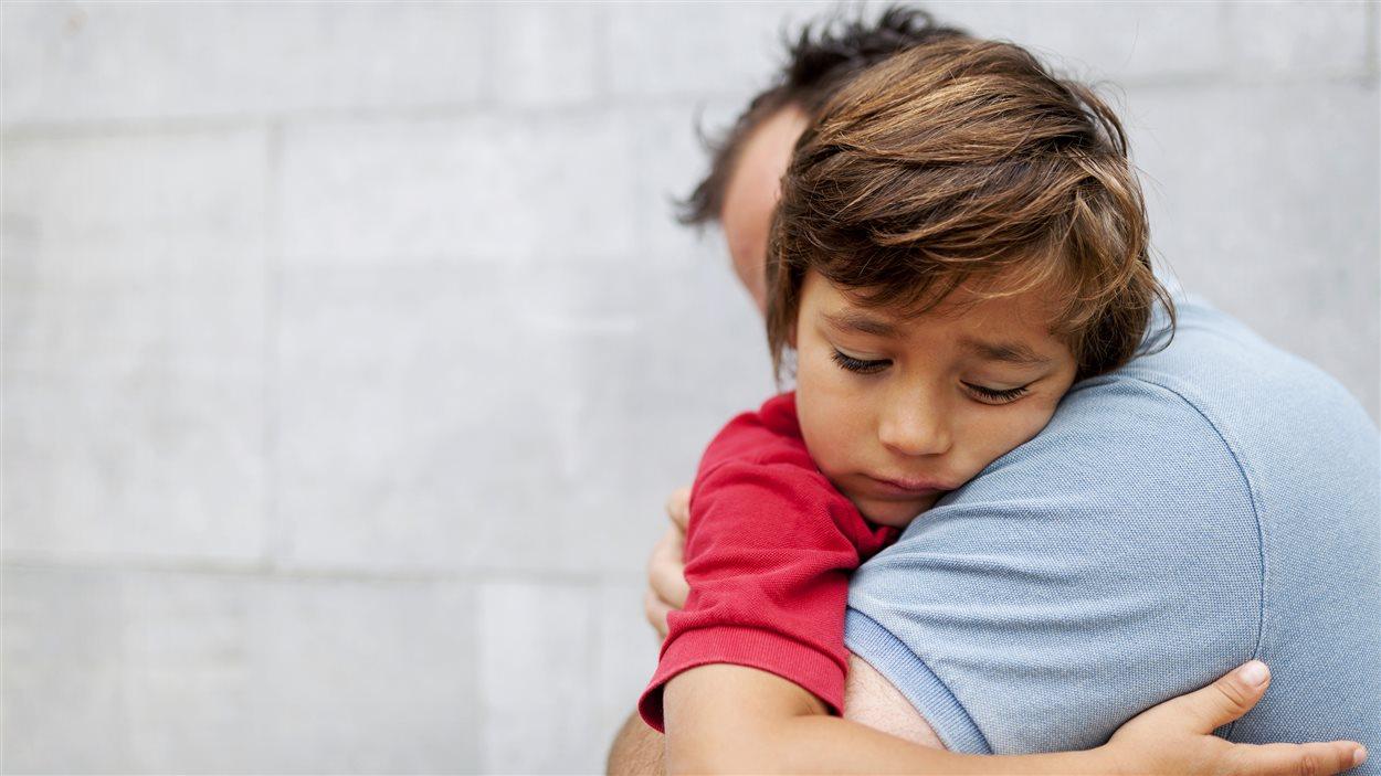 Un père dit au revoir à son fils.