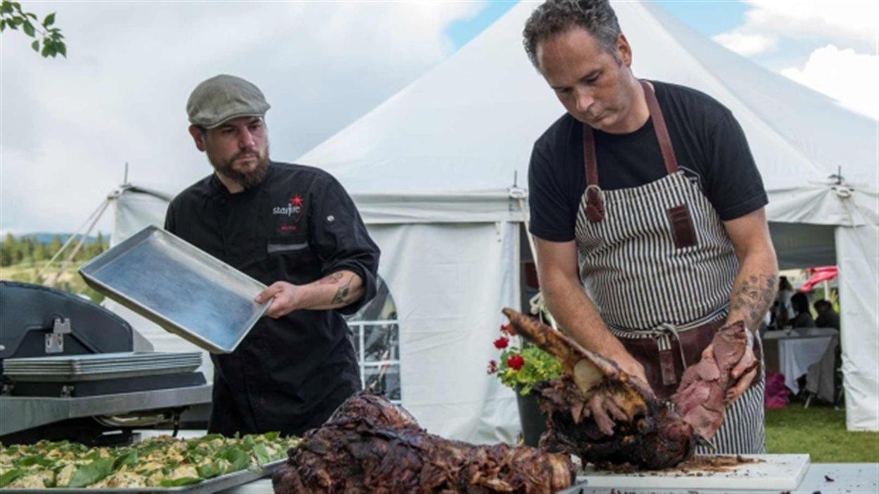 Les chefs Marco Desmond (Alaska) et Eric Pateman (Yukon) au Festival culinaire de Whitehorse