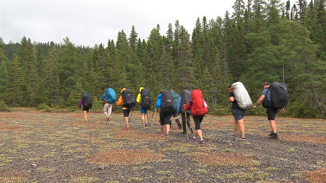 Une dizaine de marcheuses et marcheurs réalisent la Grande traversée de l'île d'Anticosti, une expédition de Nature Québec.