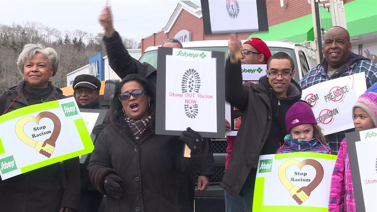 Plus d'une centaine de personnes ont manifesté devant le magasin Sobeys de Tantallon, en Nouvelle-Écosse