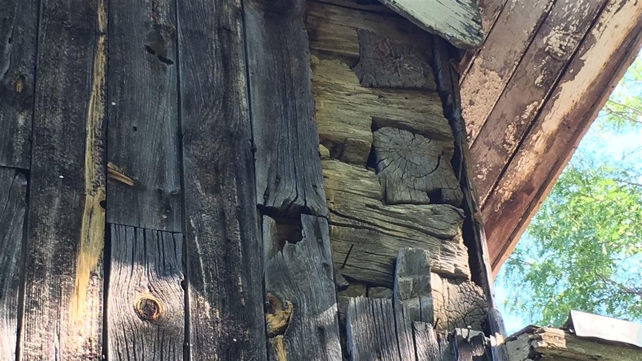 Les poutres originales de la maison de deux étages sont pour l'instant protégées par des planches de bois verticales, qui seront retirées lors de sa restauration.