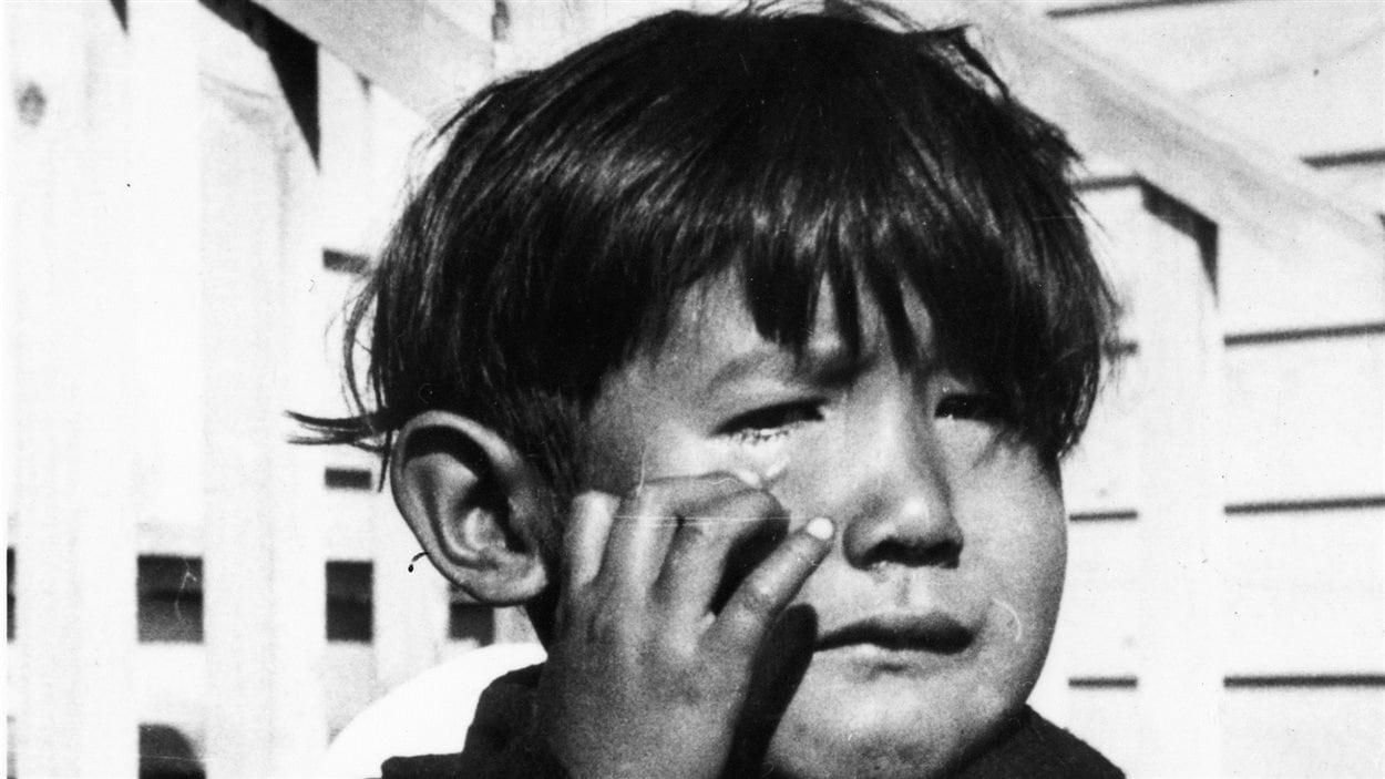 Un jeune Autochtone en pleurs