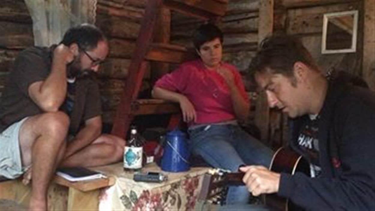 Les artistes Bilbo Cyr, Marcie et Louis-Philippe Gingras, à Natashquan