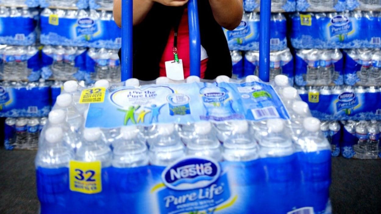 Des bouteilles d'eau de la compagnie Nestlé