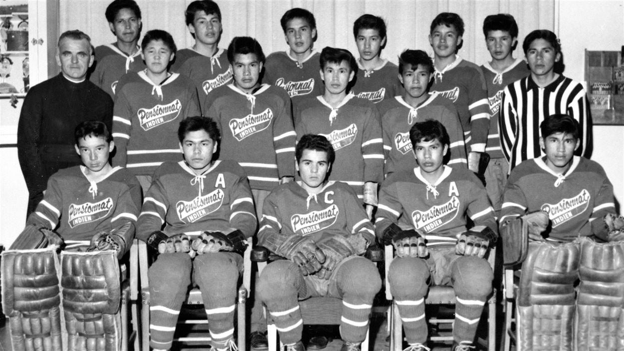 Les membres d'une équipe de hockey du pensionnat