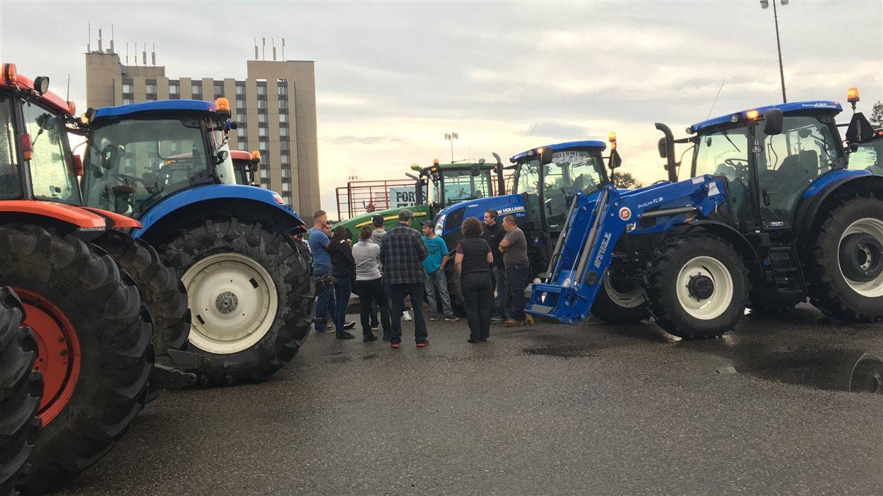 Des agriculteurs se préparent à manifester au caucus libéral, à Saguenay