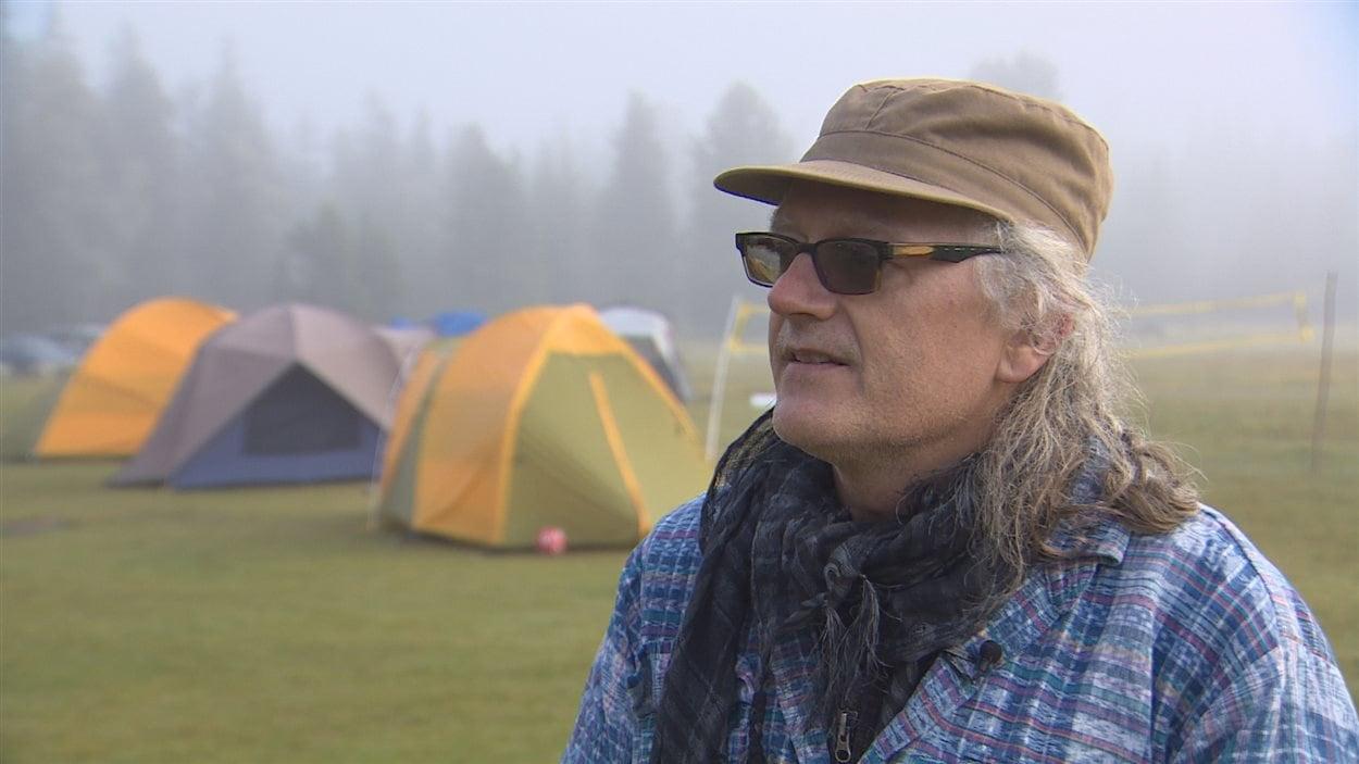 Frank Bessai, des Services sociaux catholiques de l'Alberta, aide les campeurs à bien profiter de leur première expérience.