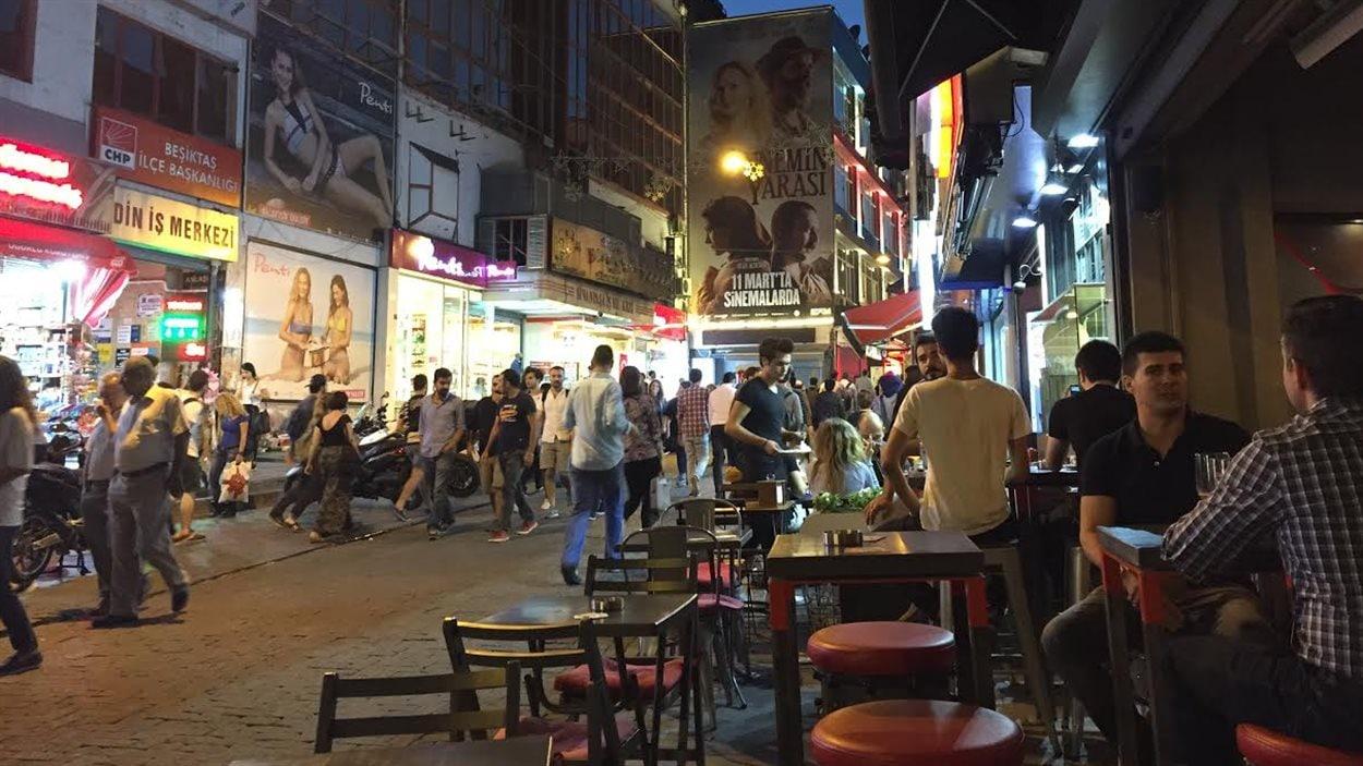 Le quartier Besiktas compte de nombreuses terrasses où les jeunes gens prennent le temps de discuter.