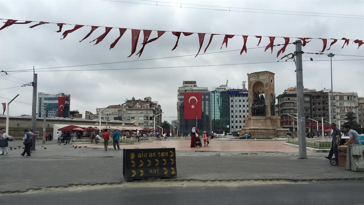 Le drapeau turc, bien visible sur la Place Taksim, à Istanbul.
