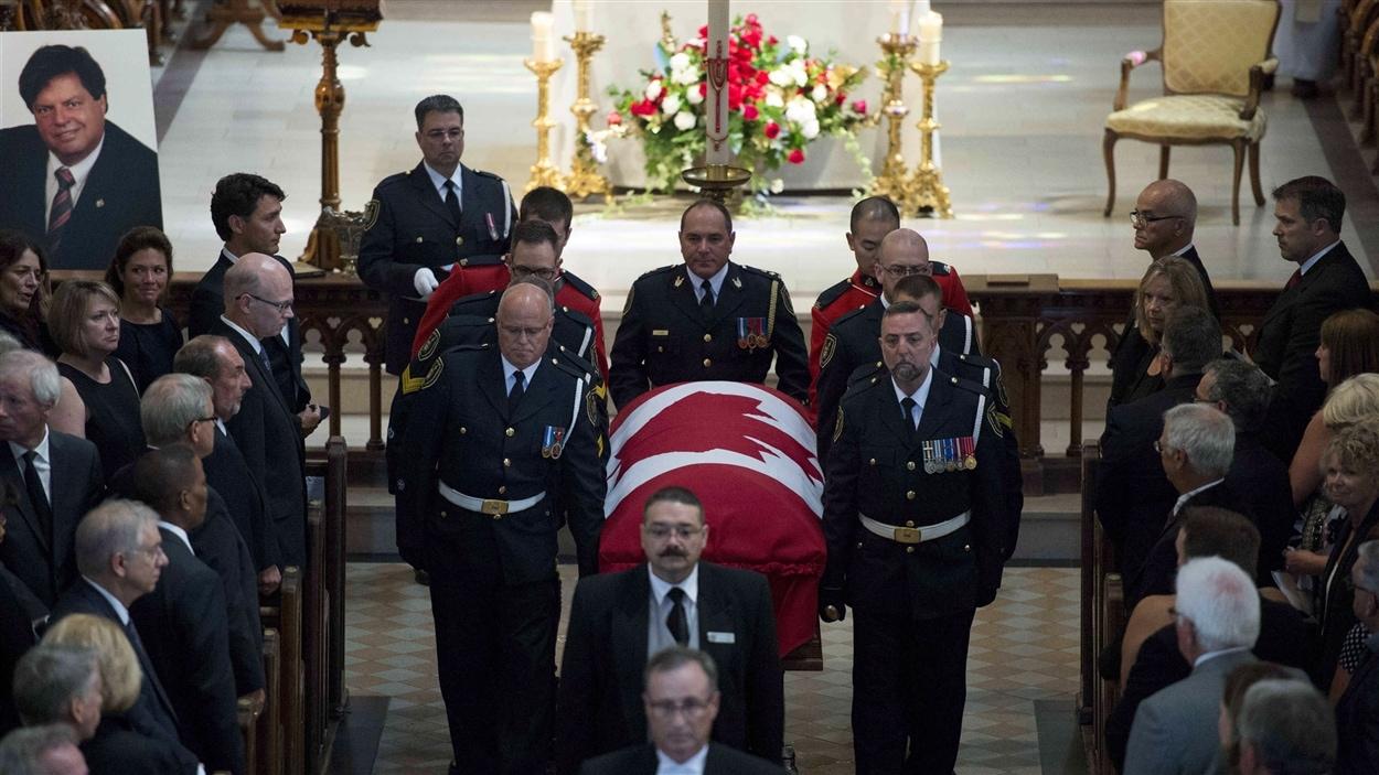 La sortie de la dépouille de Mauril Bélanger, à ses funérailles.