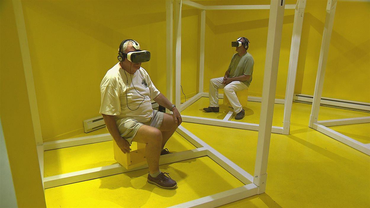 Les touristes qui s'arrêtent au bureau d'information touristique de Trois-Pistoles peuvent découvrir ses attraits grâce à la réalité virtuelle.