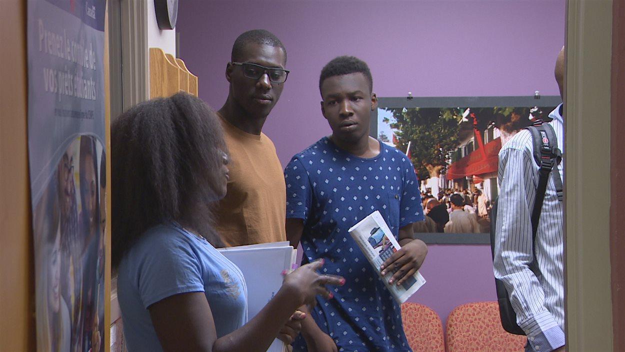 Amadou Samba Diop participe à une tournée du campus de l'Université de Saint-Boniface, en compagnie d'autres étudiants internationaux nouvellement arrivés.