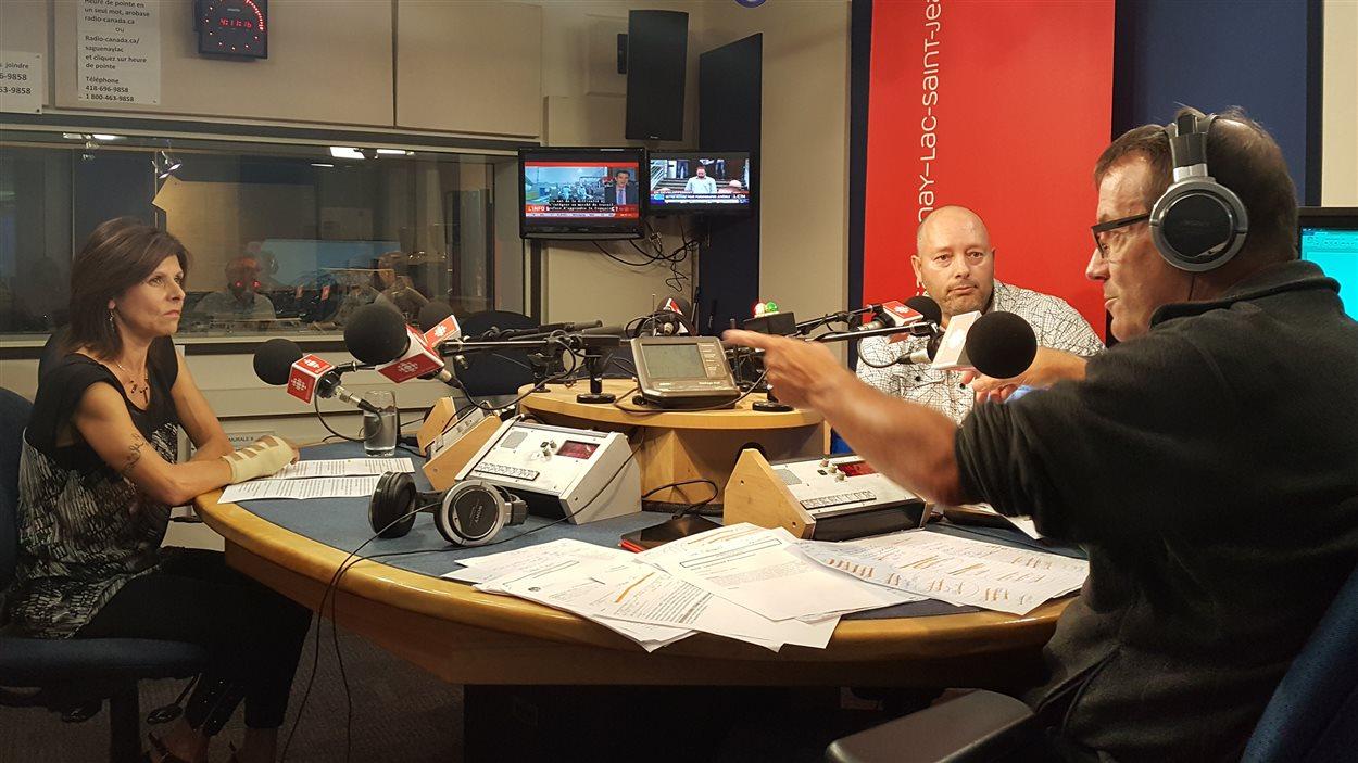 La représentante du Comité des citoyens pour un Vaudreuil durable Lana Pedneault et l'ingénieur Pierre Charbonneau avec l'animateur Jean-Pierre Girard