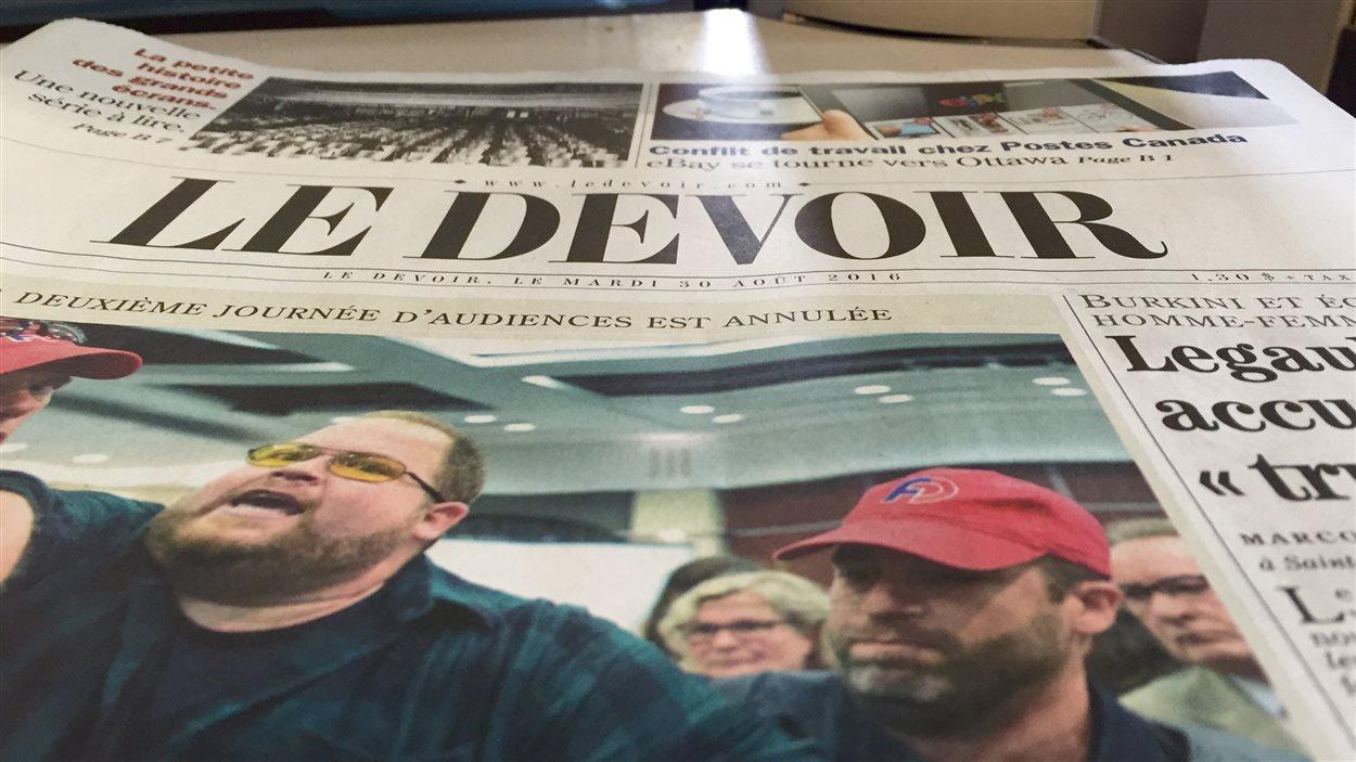 Une copie du journal Le Devoir