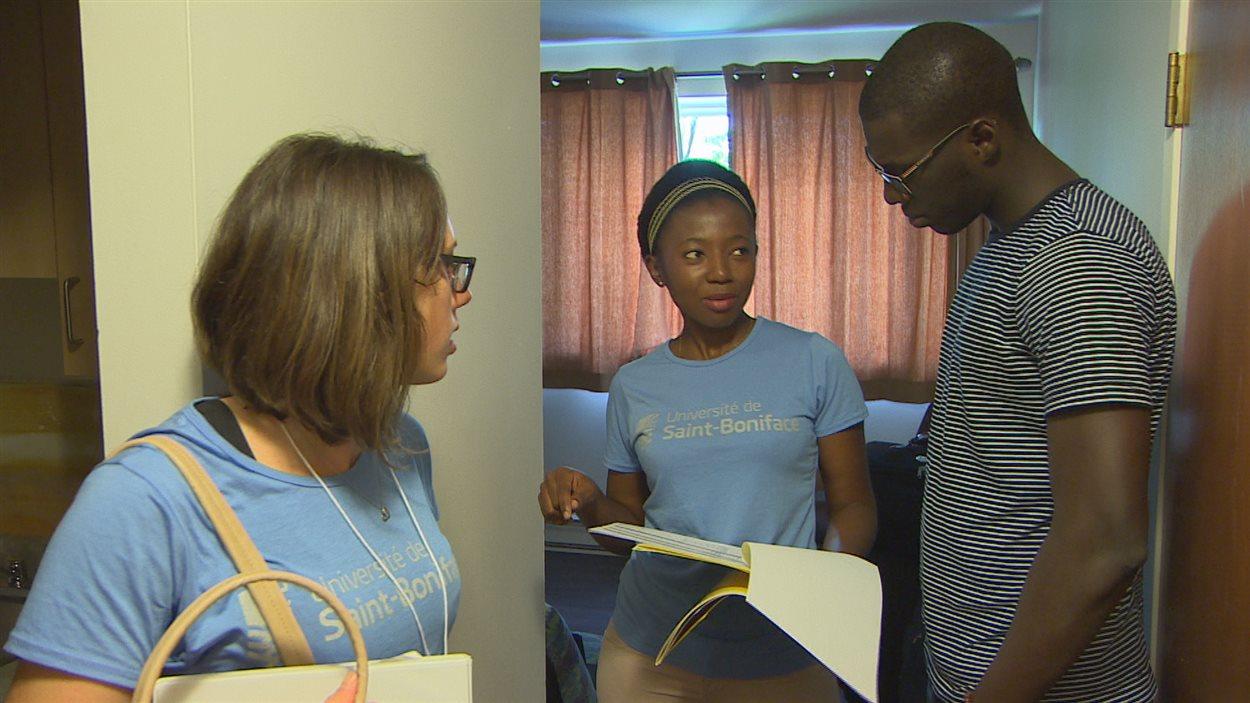 À son arrivée à la résidence universitaire, Amadou Samba Diop revoit son contrat avec la chef de résidence Laïssa Pamou.