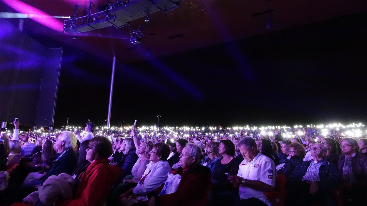 Sur Purple Rain, Céline Dion a invité le public à illuminer l'amphithéâtre.