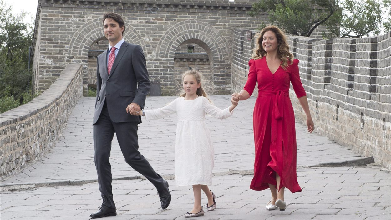 Justin Trudeau, son épouse Sophie Grégoire-Trudeau et leur fille Ella-Grace sur la grande muraille de Chine.