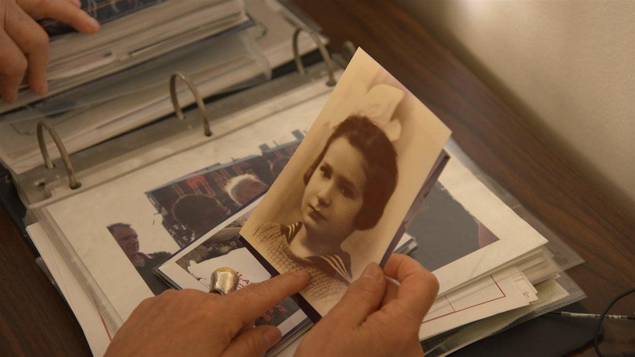 Maria Hrabowska montre des photos de son enfance.