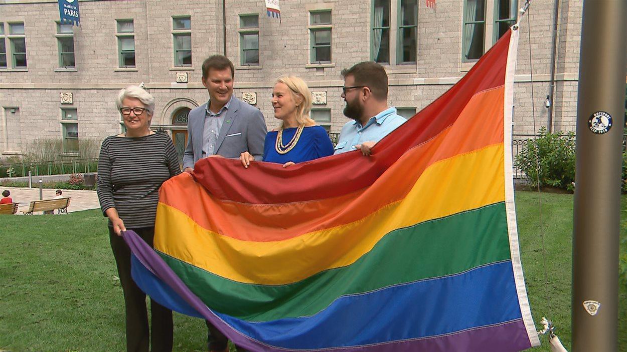 Plusieurs personnalités publiques, dont Agnès Maltais (à gauche) ont assisté au lever du drapeau  à l'hôtel de ville de Québec.