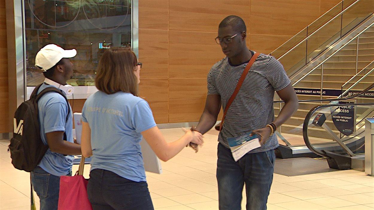 Accueil à l'aéroport de Winnipeg d'un nouvel étudiant international de l'Université de Saint-Boniface.