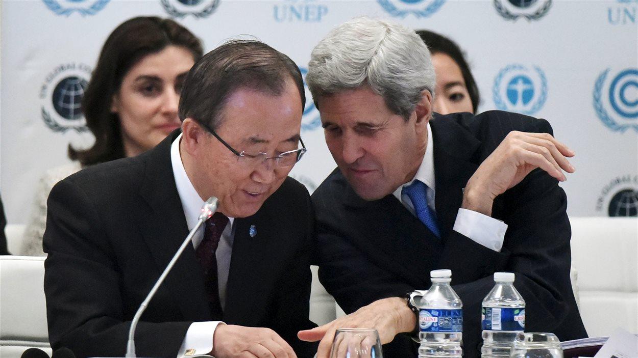 Le secrétaire d'État américain John Kerry discute avec l'ancien secrétaire général des Nations unies Ban Ki-Moon pendant un événement de la Conférence de Paris sur le climat.