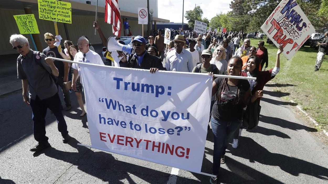 Des manifestants devant l'église Great Faith Ministries International aux États-Unis