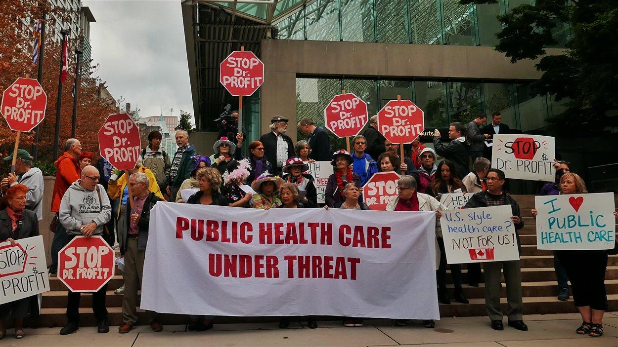 Des manifestants à l'ouverture du procès du Dr Day contre le gouvernement de la Colombie-Britannique.