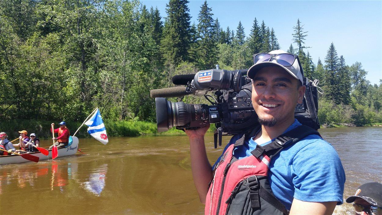 Le caméraman Emilio Avalos s'amuse à capter les images de cette aventure sur la rivière.