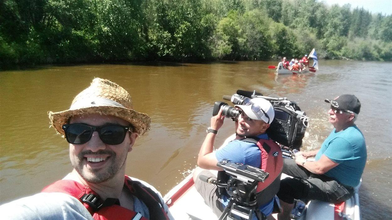 Le réalisateur Gaetan Benoit et le caméraman Emilio Avalos profitent des services de Patrice Dallaire et son bateau pneumatique pour tourner les images sur l'eau.